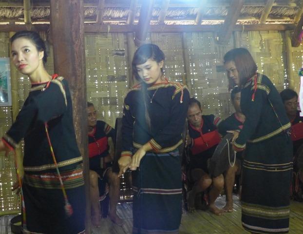 Thầy mo bắt đầu cúng thì 3 cô gái múa rước thần linh