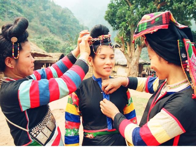 Phụ nữ người Cống sửa soạn trang phục dự hội