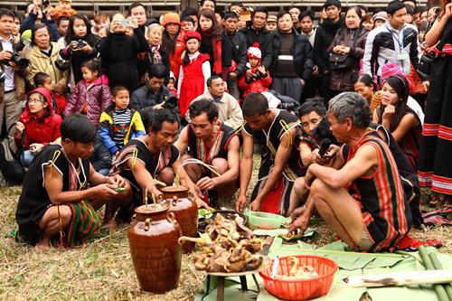Các công đoạn của buổi lễ diễn ra dưới sự chứng kiến của đông đảo du khách và phóng viên báo chí