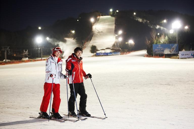 Du khách trải nghiệm trượt tuyết mùa đông tại Hàn Quốc