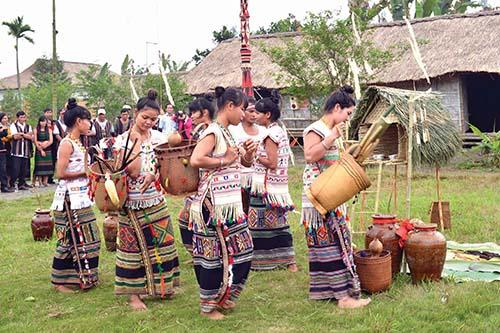Dân làng lần lượt gùi các lễ vật cúng gồm: gà, vịt, rượu cần, lúa, bánh lá bày quanh cây nêu
