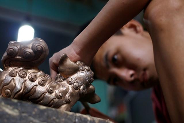 Với đôi bàn tay khéo léo người thợ đúc đồng Đại Bái đã tạo ra những sản phẩm tinh xảo