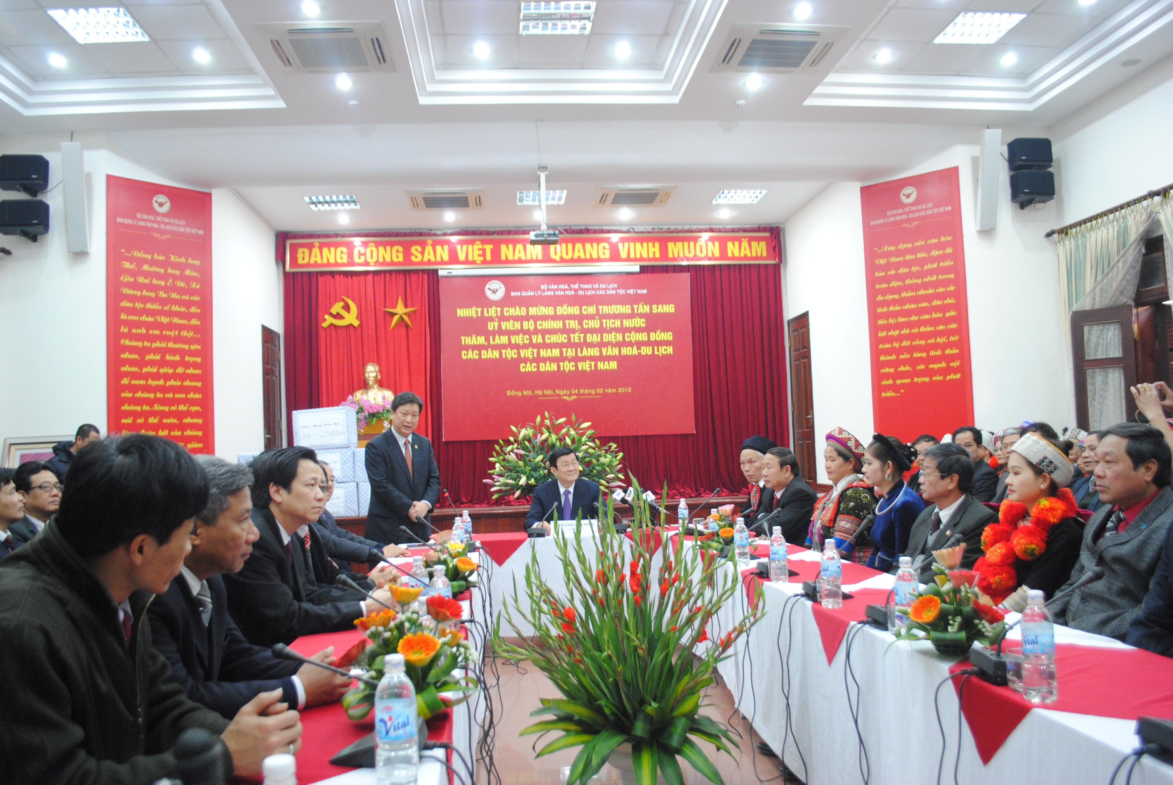 Chủ tịch nước nghe báo cáo kết quả hoạt động của Ban Quản lý Làng Văn hóa - Du lịch các dân tộc Việt Nam