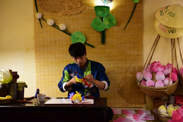 Nghệ nhân làm hoa giấy Thanh Tiên