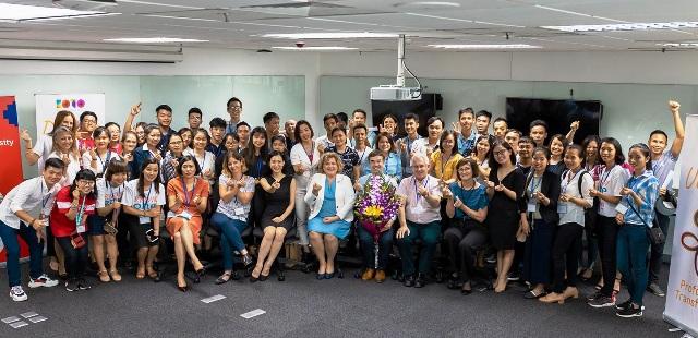 Bà Thảo Nguyễn – Tổng giám đốc KOTO (Ngoài cùng bên trái) cùng các vị khách đặc biệt đã chia sẻ với các cựu học viên những bài học giá trị.