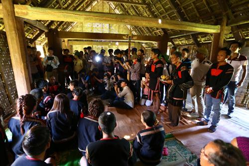Lần đầu tiên tổ chức tại Làng Văn hóa - Du lịch các dân tộc Việt Nam, lễ hỏi chồng của đồng bào Ê đê thu hút sự quan tâm của báo giới và du khách