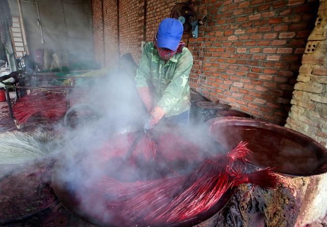 Các sợi cói phải được nhúng đều vào nước nhuộm thì sẽ giữ được màu tươi lâu