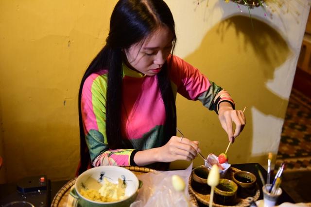 Bàn tay khéo léo của phụ nữ Huế khi làm những món bánh truyền thống