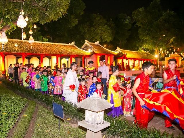 Các tác phẩm thuộc triển lãm ảnh Thu Vọng Nguyệt do chuỗi nhà hàng Quán Ăn Ngon lên ý tưởng và tổ chức tái hiện gần như nguyên vẹn sự kiện văn hóa cùng tên mà thương hiệu này mang đến dịp Trung thu.