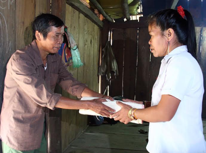 Anh em họ hàng, dân làng đến dự đám cưới cũng tặng quà cho gia chủ...