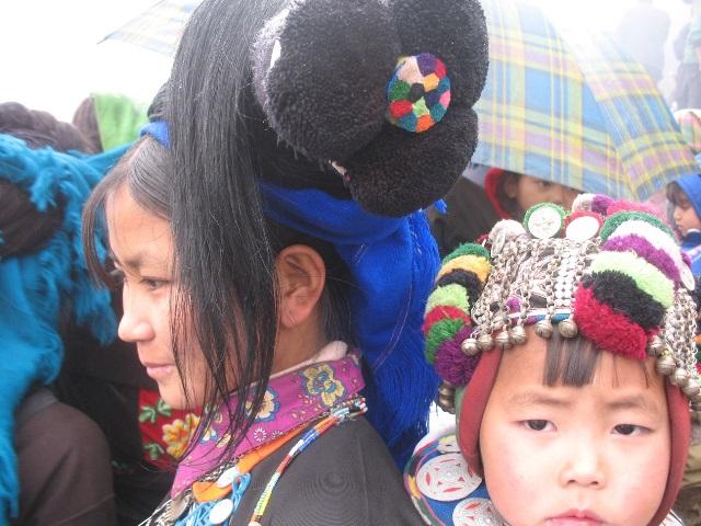 Hầu hết phụ nữ Hà Nhì đều vấn tóc giả trên đầu