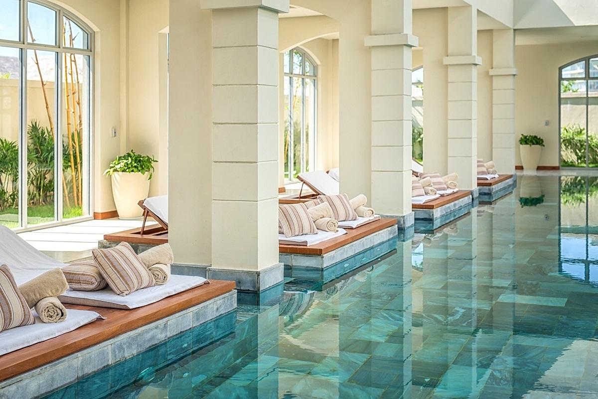 Khuôn viên bể bơi nước nóng bên trong Maia Spa tại FLC Samson Beach & Golf Resort