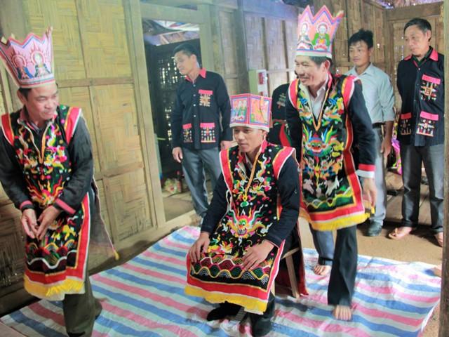 Trang phục thầy cúng của người Dao Quần Chẹt