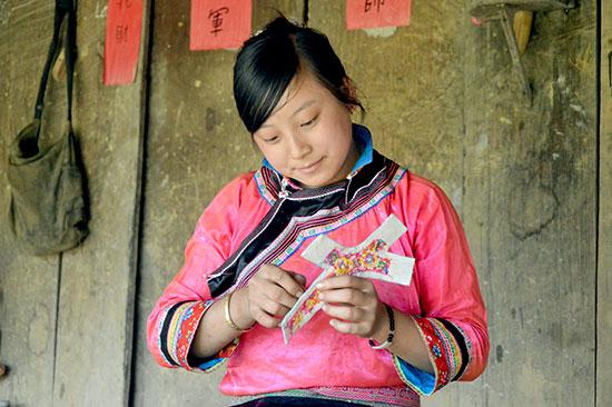 Những thiếu nữ Xạ Phang từ khi lên 10 đã học cách thuê thùa, may vá