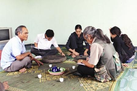 Đoàn cán bộ Bảo tàng tỉnh Kon Tum đang làm việc với chủ hiện vật