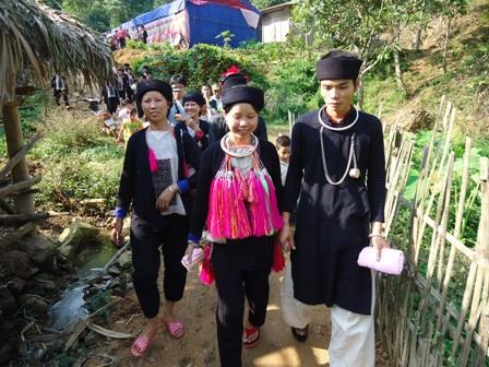 Yếm trắng của người Dao Họ nổi bật trên nền trang phục chàm. Ảnh: Minh Tú