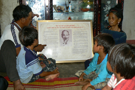 Bà Đinh Thị Chút giải thích cho con cháu nghe nội dung thư của Bác Hồ bằng tiếng Bahnar