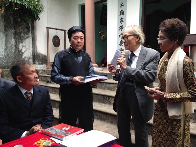 Ông Nguyễn An Kiều tặng tài liệu cho ông Nguyễn Duy Thăng - Trưởng họ Nguyễn Duy thôn Lý Hải