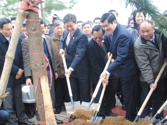 Chủ tịch nước cùng trông cây cùng đại diện các đơn vị của đoàn Khối các cơ quan trung ương