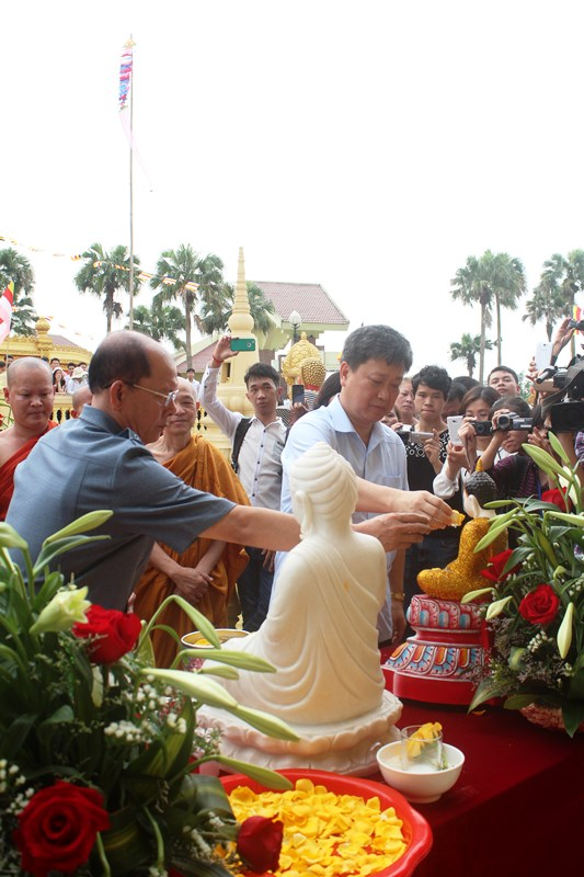 Thứ trưởng Hồ Anh Tuấn và các đại biểu thực hiện nghi thức tắm Phật