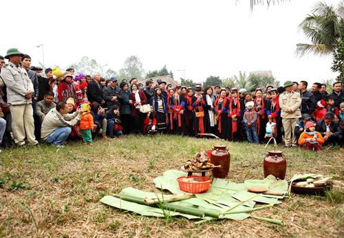 Lễ cúng trỉa lúa của đồng bào Brâu thu hút đông đảo sự quan tâm của các cộng đồng dân tộc và du khách