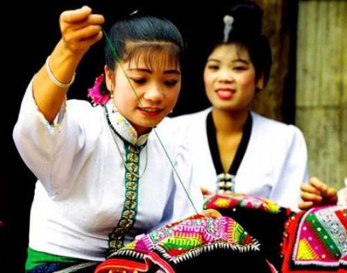 Kỹ thuật thêu khăn piêu của phụ nữ Thái