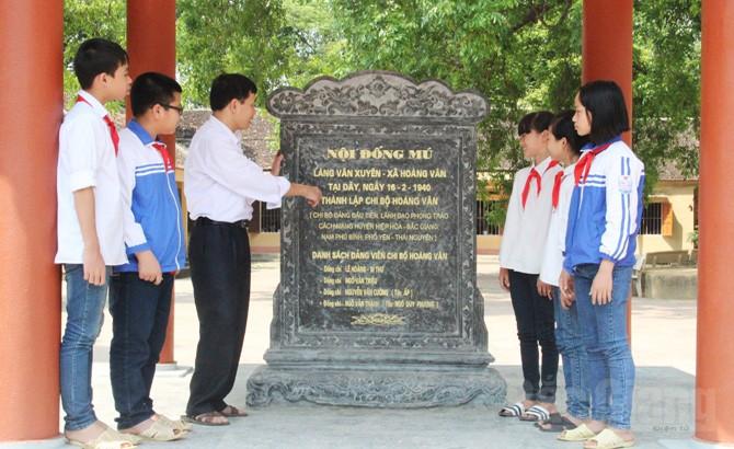 Nhà bia nơi thành lập Chi bộ Đảng đầu tiên của huyện Hiệp Hòa tại nội Đống Mú (nay nằm trong khuôn viên trường THCS Hoàng Vân), thôn Vân Xuyên, xã Hoàng Vân