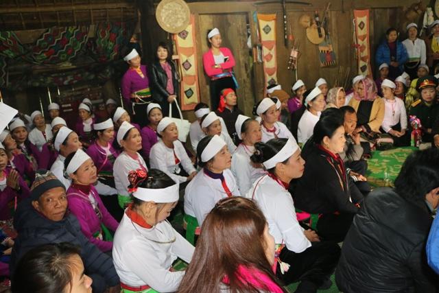 Đồng bào Mường cùng du khách dự lễ cúng Vía đầu năm