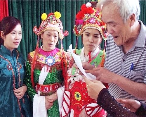 Nghệ nhân Chung Văn Hần (ngoài cùng bên phải) và các diễn viên đang luyện tập trước khi ra sân khấu biểu diễn Dá hai