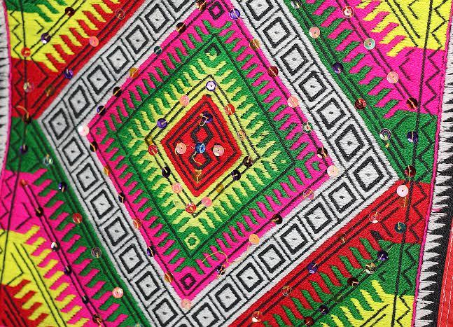 Nghệ thuật thêu hoa văn trên khăn piêu