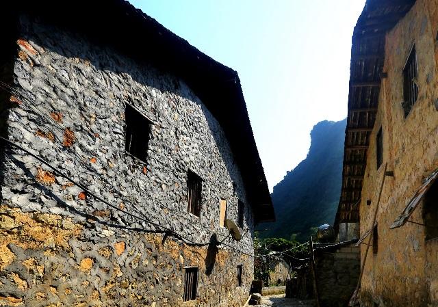 Bí ẩn những ngôi nhà đá cổ
