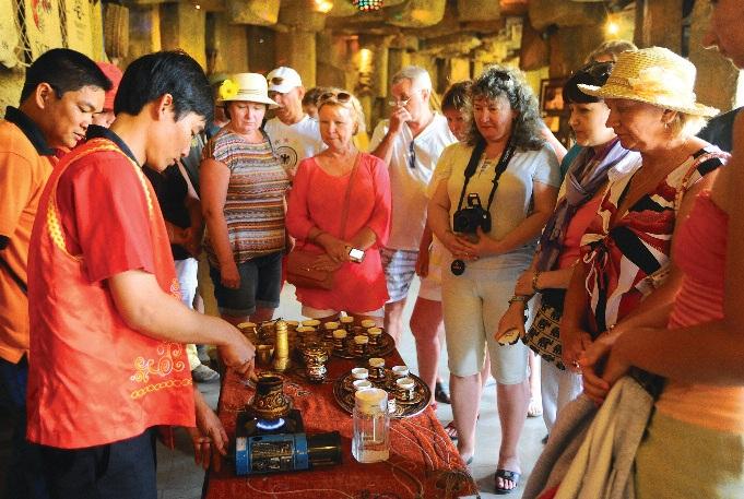 Du khách xem quy trình chế biến café