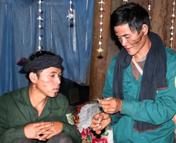 Trong bữa cơm cuối cùng trước khi đưa cô dâu về nhà chồng, hai ông mối sẽ lấy chiếc đầu gà cúng của bữa hôm đó, bóc lấy phần mỏ dưới để xem điều tốt xấu