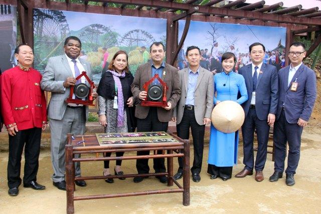 Ông Bùi Thanh Bình tham gia đón tiếp và giới thiệu văn hóa Mường với nguyên Chủ tịch Liên minh nghị viện Saber Chowdhury và phu nhân tại Làng Văn hóa - Du lịch các dân tộc Việt Nam (20/1/2018).