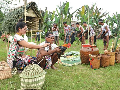 Già làng thực hiện nghi thức cúng