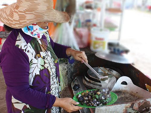 Chế biến lía luộc tại một quán vỉa hè trong trung tâm chợ thị xã Tân Châu