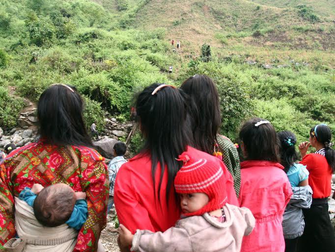 Dân làng và người thân lưu luyến tiễn cô dâu về nhà chồng