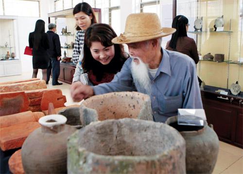 Người dân Kim Lan say sưa với bảo tàng làng mình - Ảnh: Ngô Vương Anh