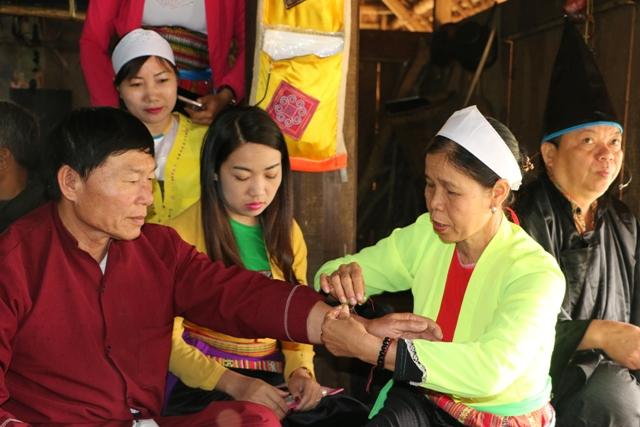 Tục buộc chỉ cổ tay trong lễ cúng Vía của người Mường