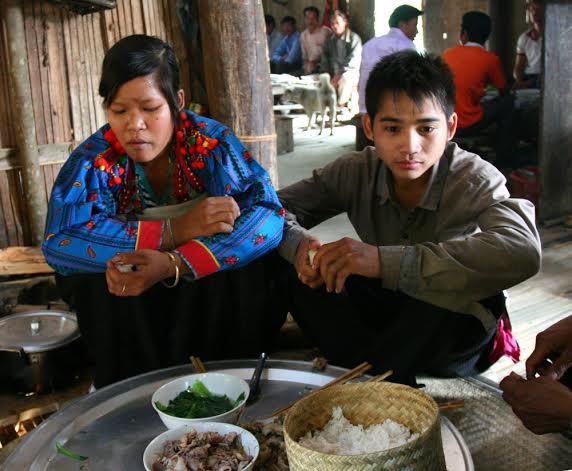 Trong những ngày cưới ở nhà gái, cô dâu chú rể phải tự nấu đồ ăn cho mình và ăn riêng, không được sử dụng bất kì thức ăn nào trong đám cưới