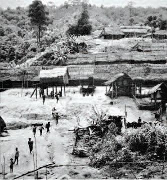 Làng M' nông Gar với những ngôi nhà trệt rất dài