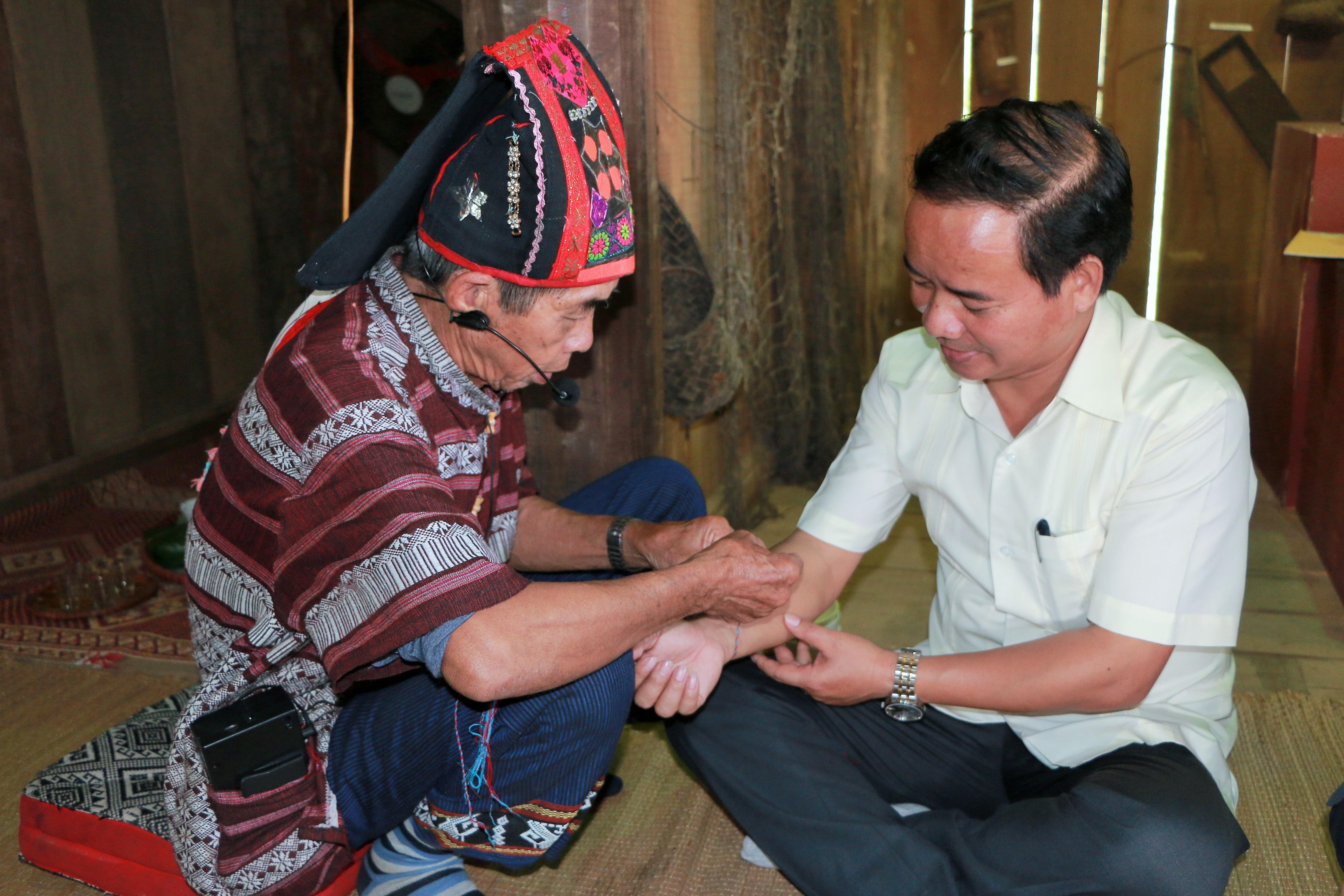 Nghi thức buộc chỉ cổ tay cầu an của người Thái