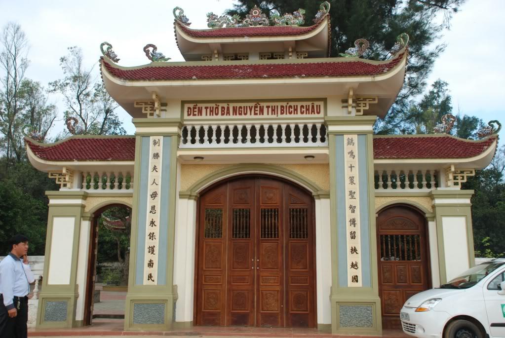 Tam quan đền thờ Chế Thắng phu nhân Nguyễn Thị Bích Châu