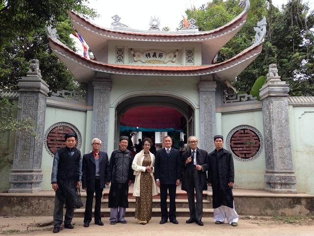 Đại diện hai cành Nguyễn Duy trước đền Tiết nghĩa thờ Tiến sĩ Nguyễn Duy Tường ở thôn Lý Hải