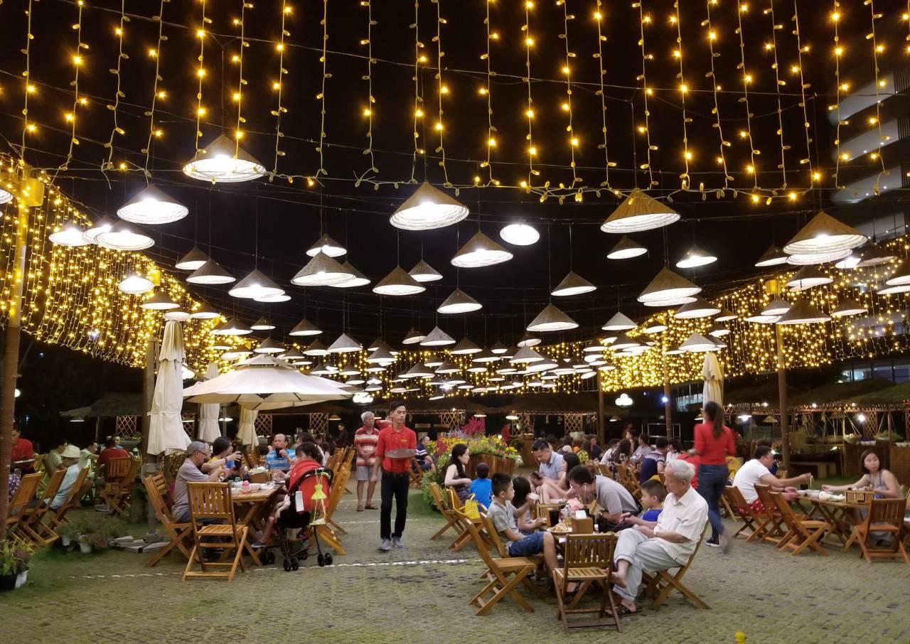 Khu vực Ẩm thực đường phố tại khu nghỉ dưỡng 5 sao FLC Quy Nhon Beach & Golf Resort gần như không còn chỗ trống trong mùa cao điểm