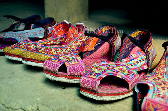 Những đôi giày Xạ Phang với hoa văn độc đáo, sặc sỡ