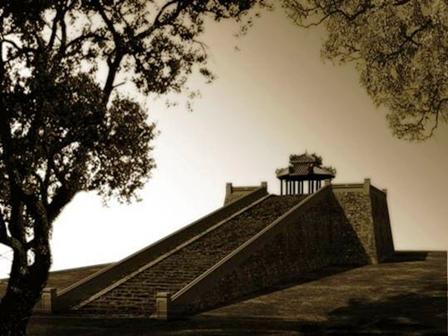 Quan Tượng Đài (dân chúng gọi là Nam Đài)