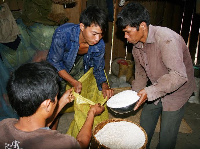 Gia đình nhà trai chuẩn bị gạo để đi hỏi vợ cho chú rể
