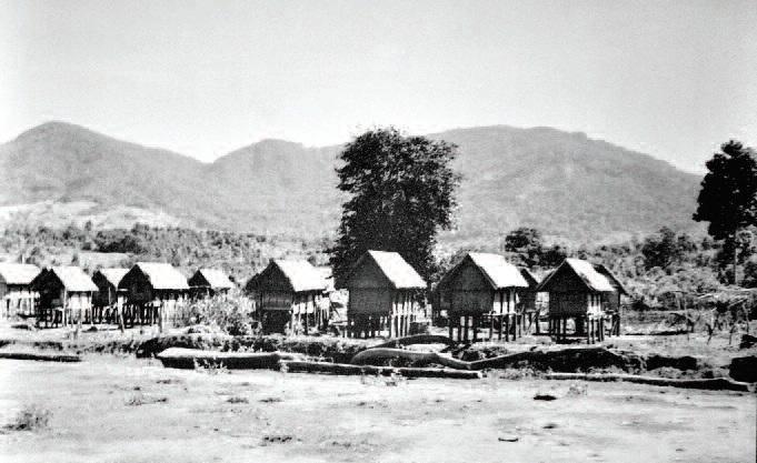 Kho thóc của các gia đình Ba Na tại rìa làng Kon Tum