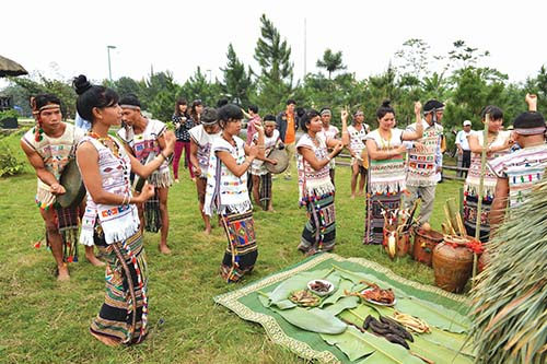 Buổi lễ kết thúc, trai gái trong làng vui vẻ nhảy múa quanh cây nêu cùng tiếng chiêng trống, kèn bầu, kèn môi...